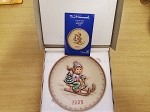 M. I. HUMMEL 1975 MINIATURE RIDE INTO CHRISTMAS ANNUAL PLATE